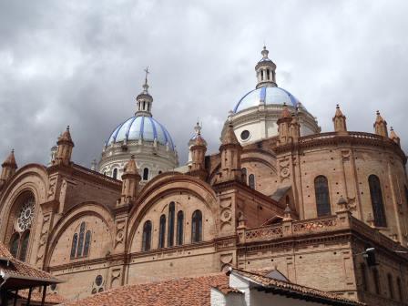 Catedral de la Inmaculada Concepción de Cuenca o también Catedral de Cuenca es un templo católico ubicado en la ciudad de Cuenca - Ecuador. De estilo gótico renacentista con tres cúpulas que sobresalen del tejado estuvo inspirada en la Basílica de San Pedro en Roma, la construcción comenzó en el año 1885 y terminó 90 años después en el año 1975, es uno de los más grandes atractivos arquitectónicos del país junto a la Basílica del Voto Nacional en Quito, caben 8000 personas en su interior y atrae a cientos de devotos católicos diarios.